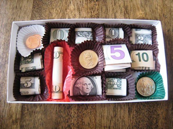 деньги красиво упакованы в коробке из под конфет