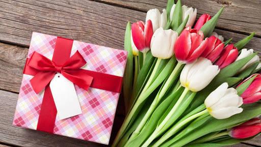 Квіти та подарунок мамі